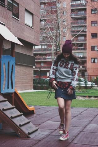 look outfit falda vaquera botones informal gorro burdeos corinto converse trendy two trendytwo carmen marta gemelas rojas6