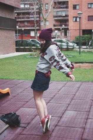 look outfit falda vaquera botones informal gorro burdeos corinto converse trendy two trendytwo carmen marta gemelas rojas64