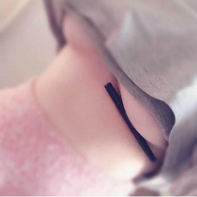 pechos senos tetas objetos objeto pluma sujetar sostener fotos redes sociales facebook tendencias blog de moda