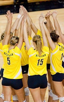 Volleyball Huddle vía University of Michigan equipo deporte