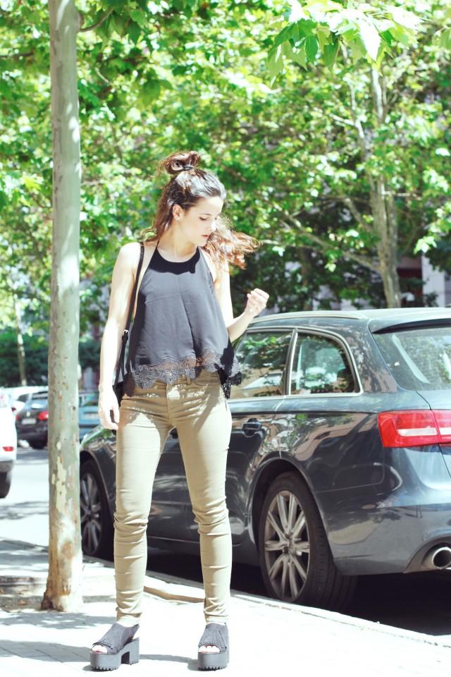 look sencillo low cost económico pantalón push up sandalias plataforma trendytwo trendy two carmen marta gemelas espalda aire camisa moño 4