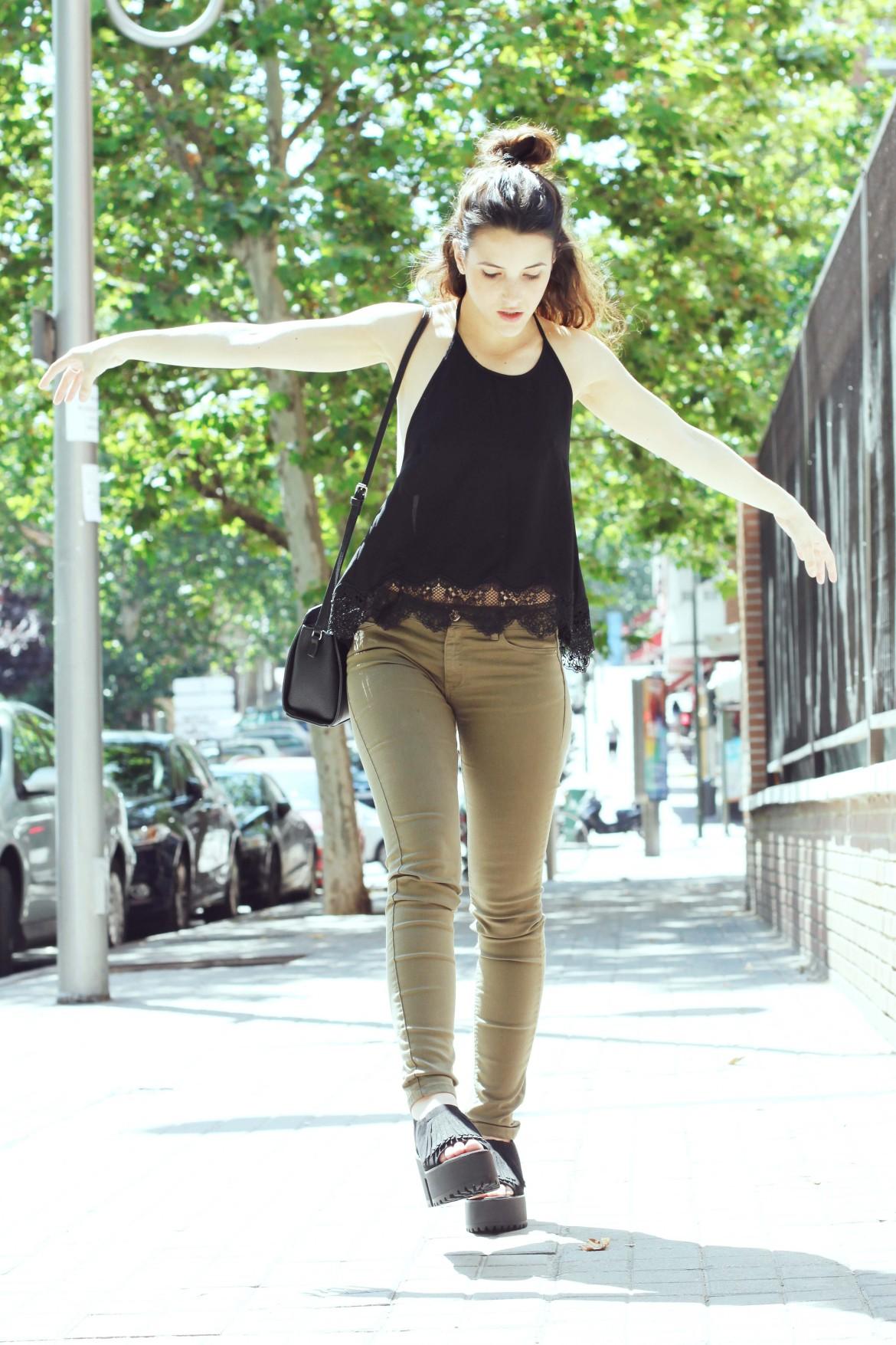 look sencillo low cost económico pantalón push up sandalias plataforma trendytwo trendy two carmen marta gemelas espalda aire camisa moño 9